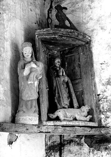 Deux statues en bois polychromé : Notre Dame de Bonne Nouvelle et sainte Marguerite dans une niche