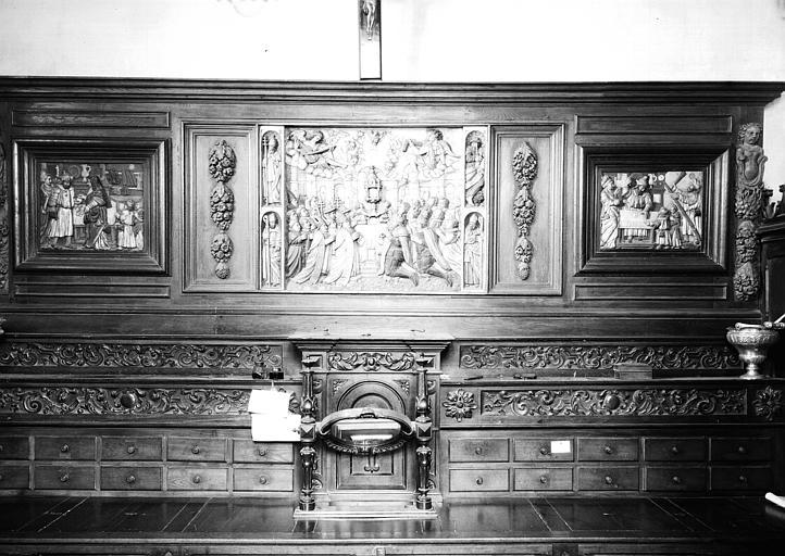 Meuble de sacristie à panneaux de bois sculpté