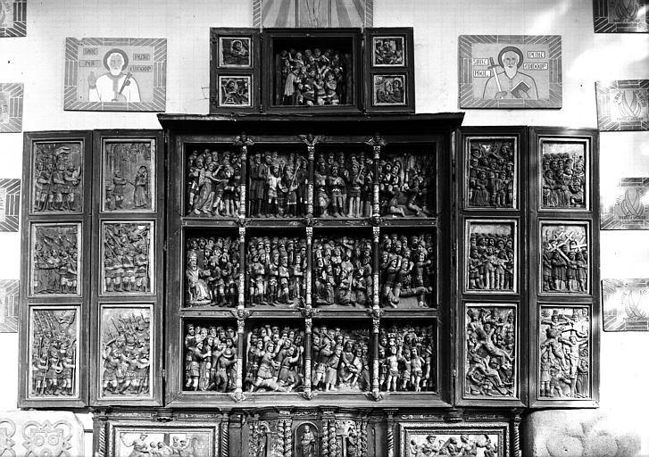 Triptyque retable en bois sculpté peint et doré : les Dix mille Martyrs