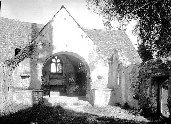 Intérieur : arc d'entrée de l'abside, ruines
