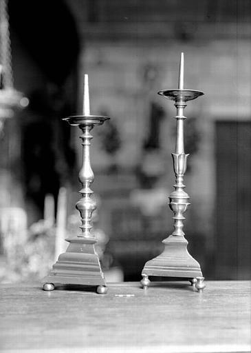 Deux chandeliers d'autel diffèrents en cuivre