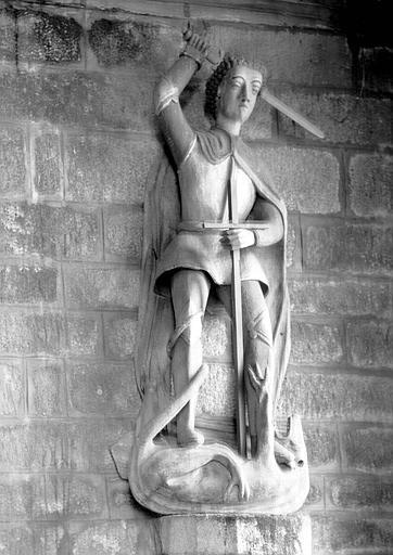 Statue en bois : saint Michel