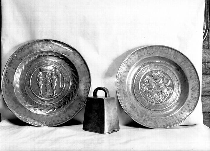 Cloche portable en laiton et deux plats de quète en cuivre flamand dont un daté du 15e siècle et l'autre du 16e siècle