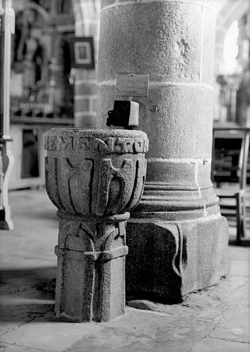Intérieur : bénitier pédiculé en granit