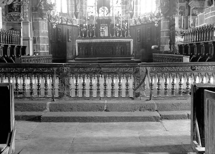 Maître-autel et appui de communion en bois sculpté