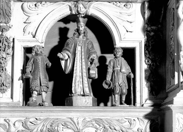 Trois statues en bois sculpté : saint Yves entre le pauvre et le riche