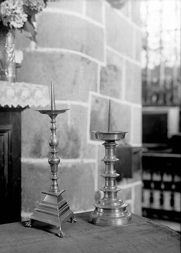 Deux chandeliers d'autel en cuivre Louis XIII : un à pied triangulaire et un à pied circulaire