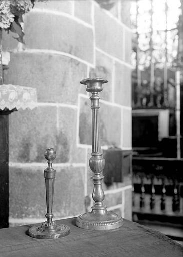 Deux chandeliers d'autel en cuivre d'époque Louis XIV