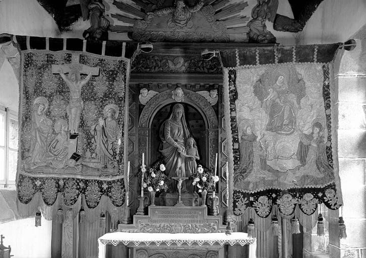 Deux bannières en soie, argent et or : la Crucifixion et la Vierge du Rosaire