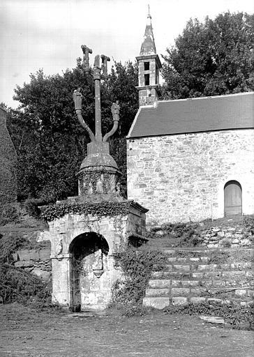 Calvaire-fontaine situé près de la chapelle Notre-Dame-de-Lorette