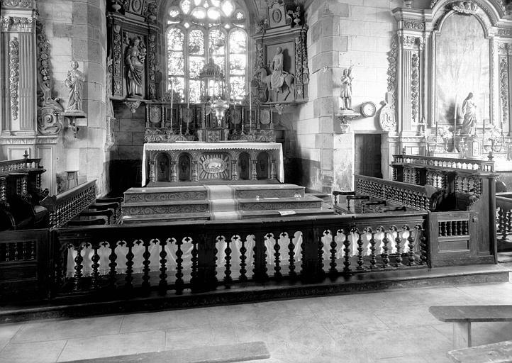 Ensemble du choeur avec stalles et appui de communion en bois sculpté