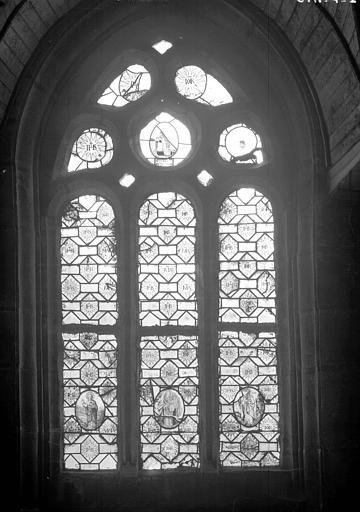 Fragment de vitraux incorporés dans une verrière à feux de fond
