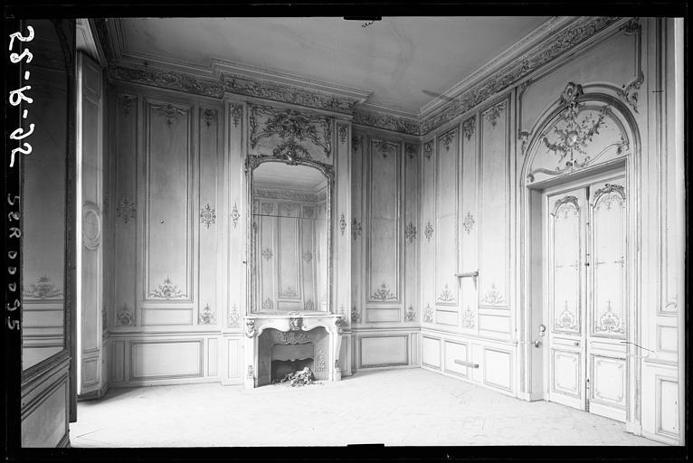 Appartement du premier étage, pièce donnant sur la place : vue d'ensemble