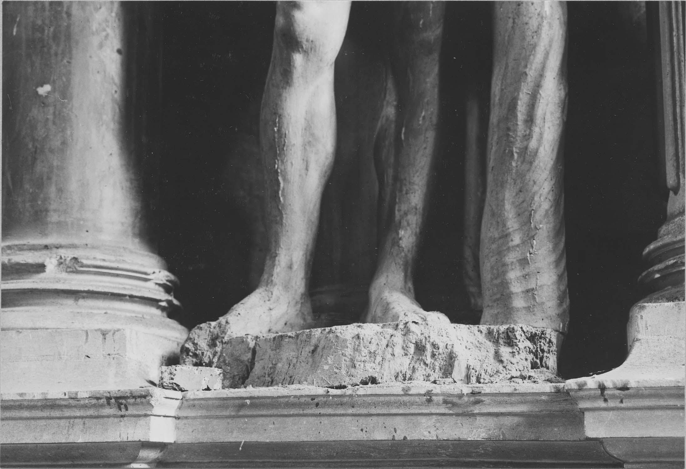 2 statues : Christ appuyé sur la croix (Le), Vierge de douleur (La)