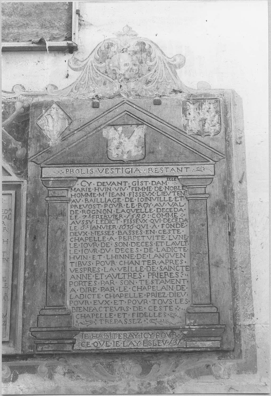 Plaque funéraire : épitaphe de Marie Huin, épouse de Jean Fisseux, lieutenant au baillage de Joinville et prévot du roi au Val-de-Rognon, et de Jean Fisseux