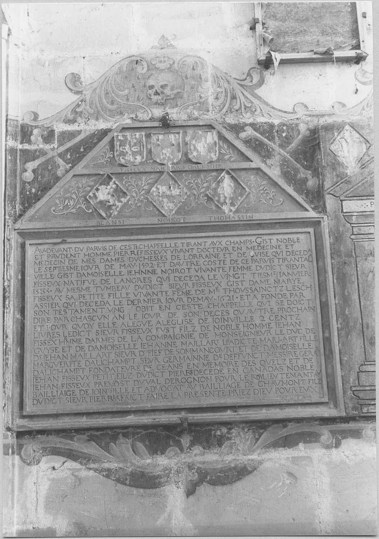 Plaque funéraire : épitaphe de Pierre Fisseux, docteur en médecine, et de sa femme, Jeanne Noirot, originaire de Langres