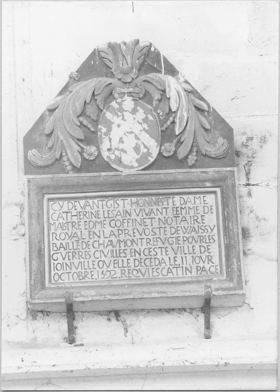 Plaque funéraire : épitaphe de Dame Catherine Lesain, épouse de maître Edme Coffinet, notaire royal en la prévoté de Wassy, bailli de Chaumont