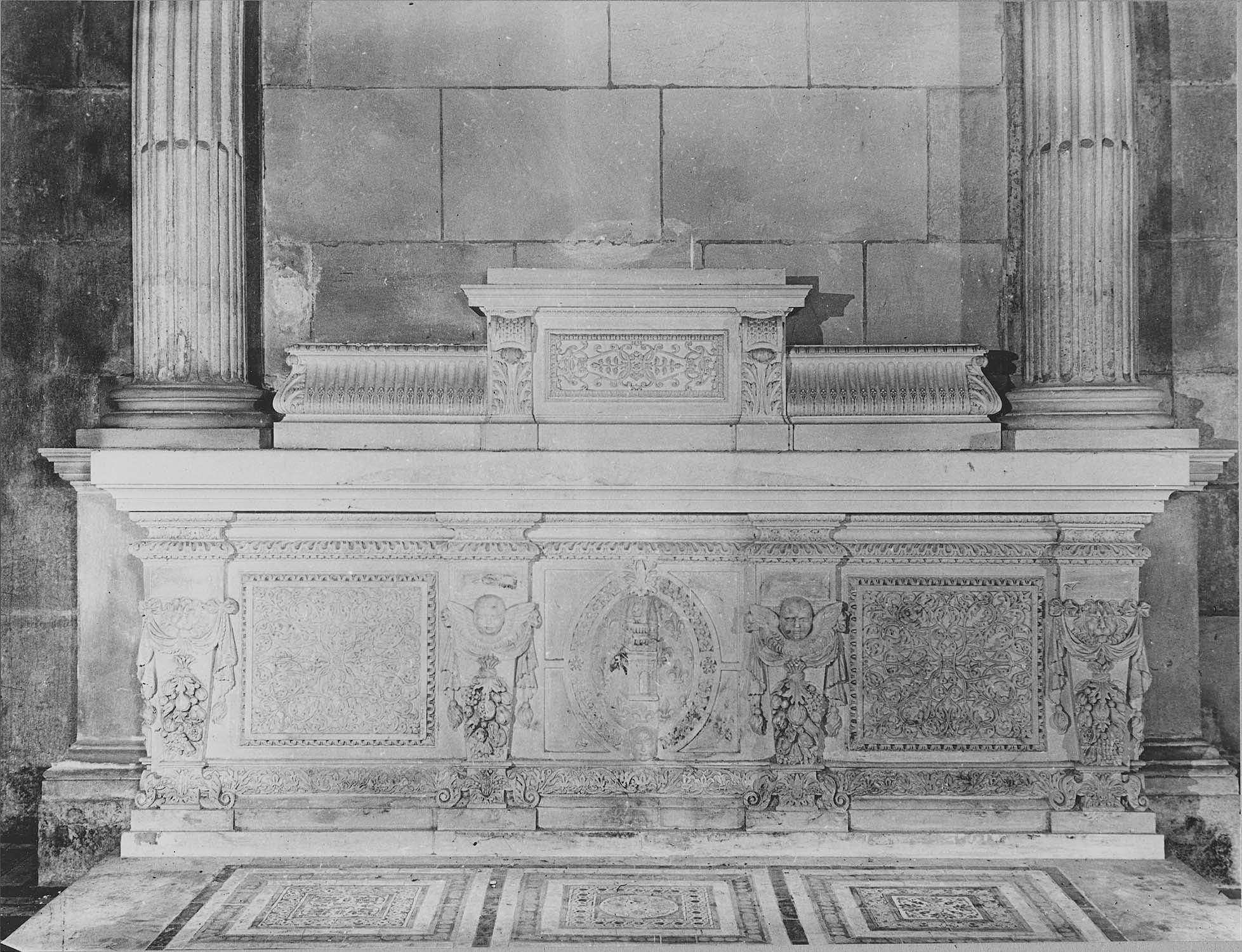 Tombeau servant d'autel