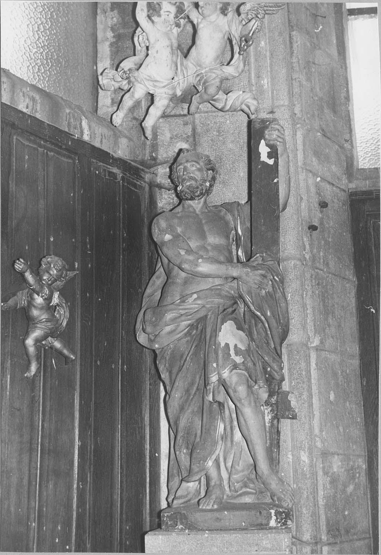 Groupe sculpté : Saint Pierre avec deux angelots porteurs d'attributs