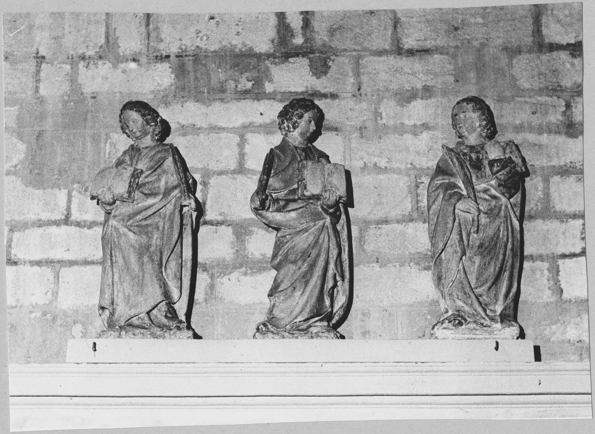 3 statues (statuette) : Personnage porteur de livre et de palme