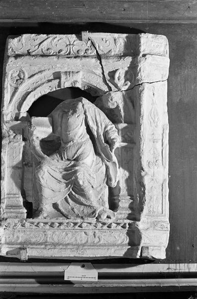 Haut-relief en pierre, fragment : personnage sous une arcature