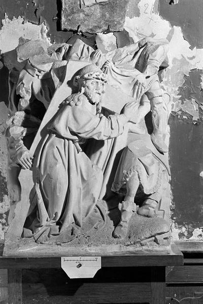 Haut-relief en pierre : le Portement de Croix