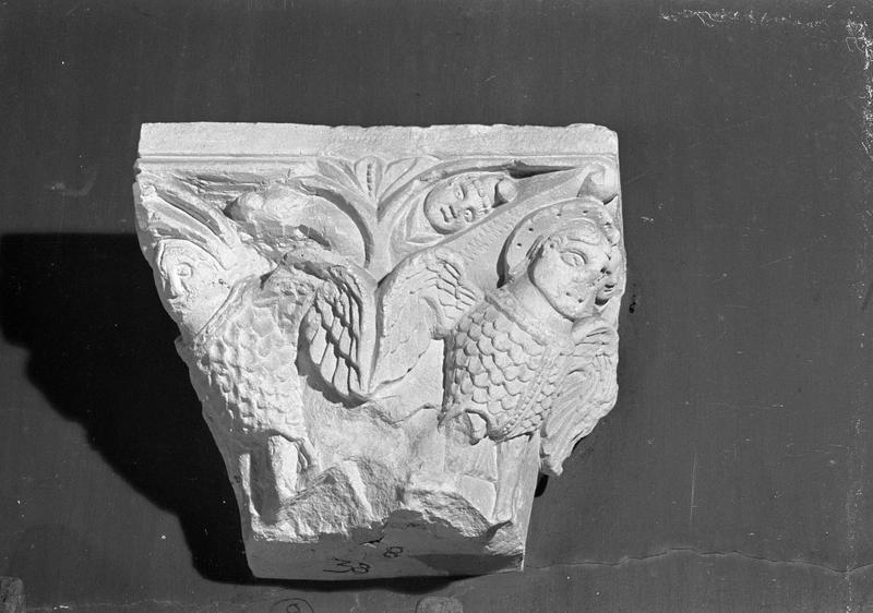 Chapiteau en pierre de Caumont orné de figures ailées