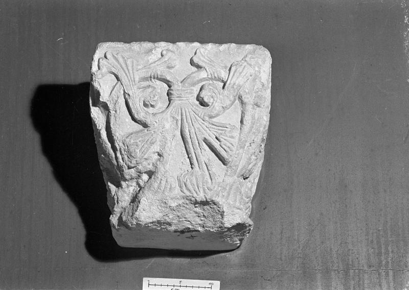 Chapiteau en pierre de Caumont orné de motifs floraux