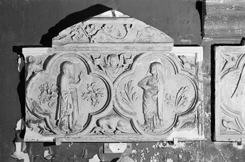 Bas-relief en pierre de Caumont : la Visitation dans deux quadrilobes