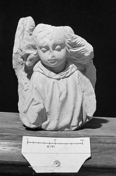 Statue en  pierre de Vernon, fragment : buste d'angelot