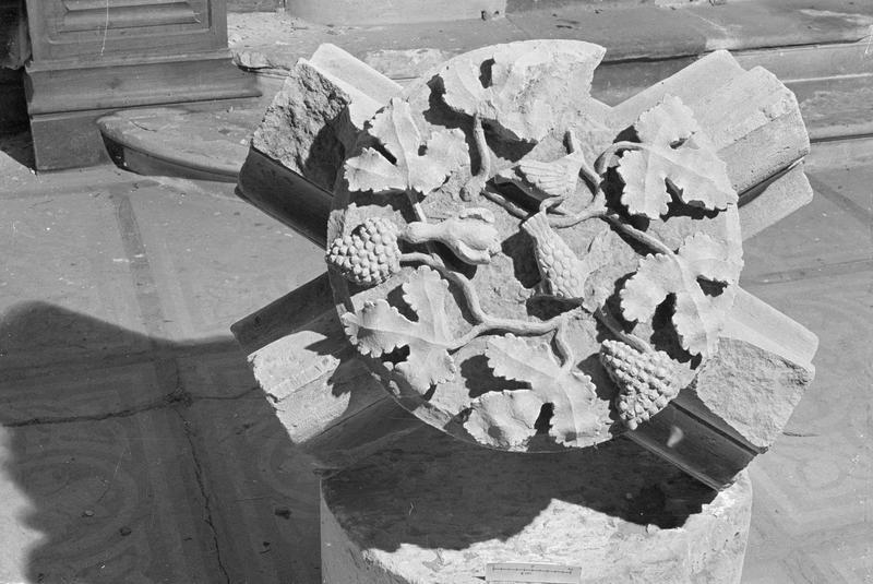 Clef de voûte en pierre de Vernon : grappes de raisin et oiseaux