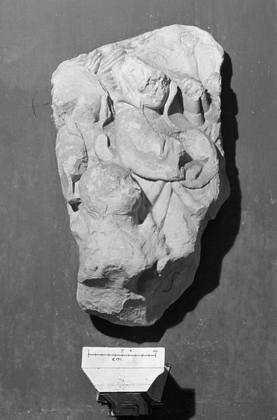 Bas-relief en pierre de Caumont, fragment : scène non identifiée avec personnages
