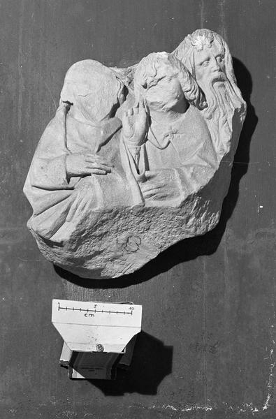 Groupe sculpté en pierre de Vernon, fragment : Dormition de la Vierge, trois personnages en buste