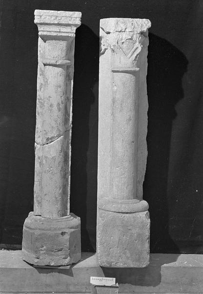 Deux colonnettes engagées surmontées de chapiteaux en pierre de Vernon