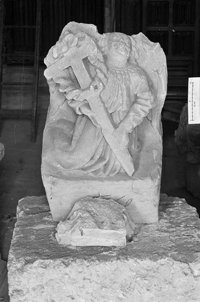 Elément d'architecture en pierre de Vernon : cul-de-lampe avec ange agenouillé portant une croix