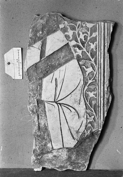 Dalle funéraire en pierre de Vernon, fragment : partie de chasuble
