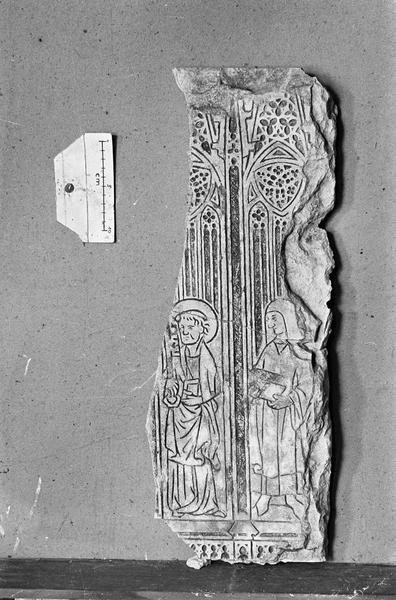 Dalle funéraire en pierre de Vernon, fragment : saint Pierre et une femme tenant un livre, devant un décor architecturé