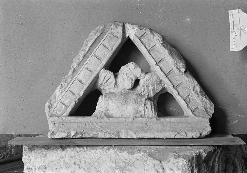 Elément d'architecture en pierre de Vernon, fragment : angelot dans un triangle