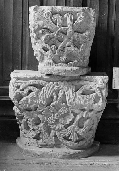 Deux chapiteaux en pierre de Caumont ornés de rinceaux