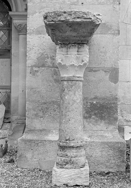 Colonne à chapiteau sculpté surmontée d'un tailloir