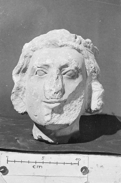 Jubé du 13e siècle, statue, fragment : tête de jeune homme couronné