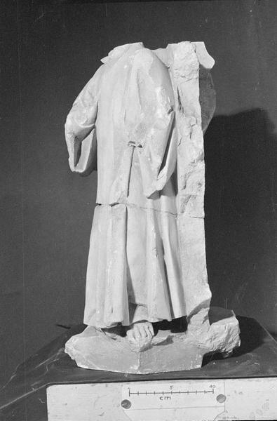 Jubé du 13e siècle, haut-relief, fragment : personnage acéphale
