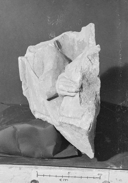 Jubé du 13e siècle, haut-relief, fragment : deux personnages acéphales en buste