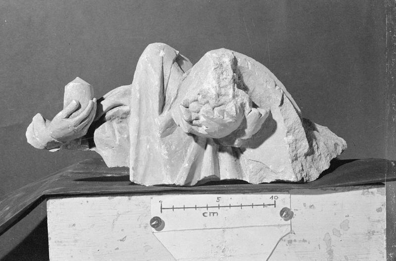 Jubé du 13e siècle, haut-relief, fragment : main tenant un vase et un buste de personnage acéphale