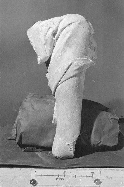 Jubé du 13e siècle, haut-relief, fragment : jambe