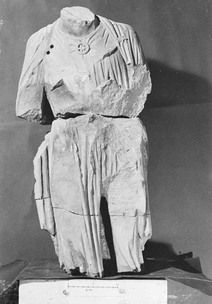 Jubé du 13e siècle, statue, fragment : personnage acéphale (en trois morceaux)