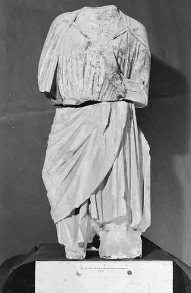Jubé du 13e siècle, statue, fragment : personnage acéphale (en deux morceaux)