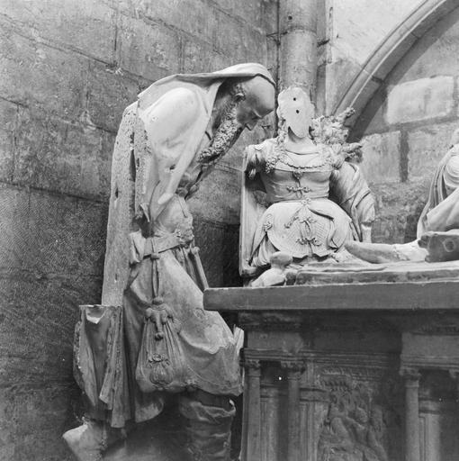 groupe sculpté : Sépulcre, pierre, personnages placés à gauche