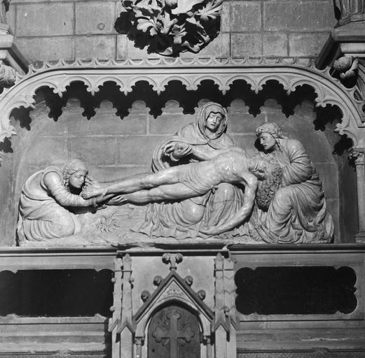 groupe sculpté : Vierge de Pitié, saint Jean et sainte Madeleine (La), albâtre