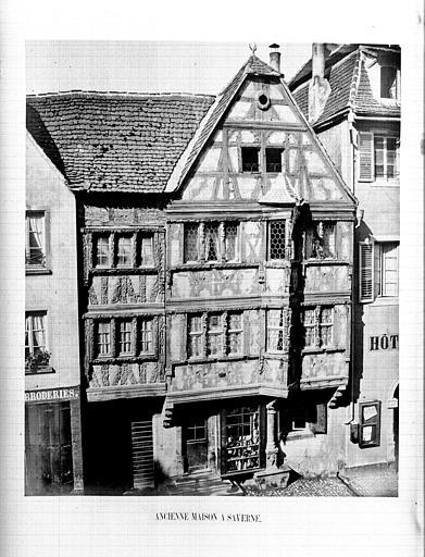 Maisons à pans de bois sculpté (ancienne) ; Hôtel de Ville